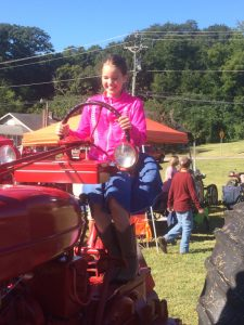 2016-10-2-squealin-on-the-square-phebe-on-tractor